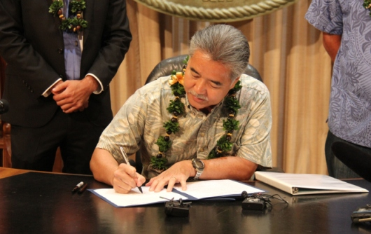 Hawaii Governor David Ige signs energy bill - 8 June 2015